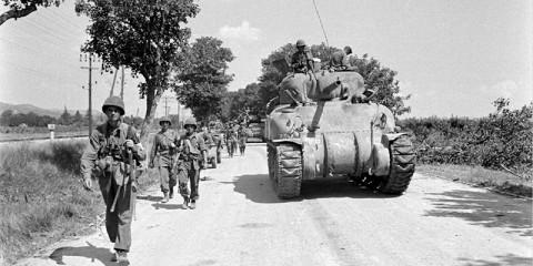 Des éléments du 30th Infantry Regiment accompagné de chars Sherman de la Company du 756th Tank Bn. avançant au nord d'Aix-en-Provence.