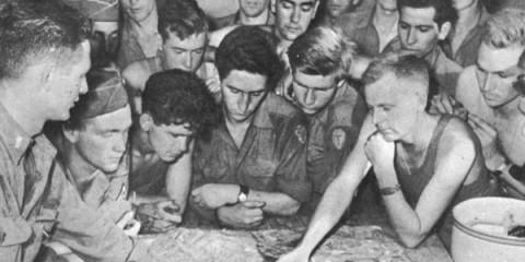 Des T-Patchers de la 36th Infantry Division étant briefé sur une maquette de Saint-Raphaël, le 14 août 1944, un jour avant le débarquement sur les plages Provençale. A en juger sur le positionnement des doigts, le secteur étudié est Saint-Aygulf.