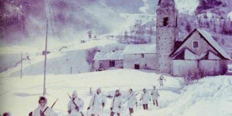Patrouille à ski partant du village d'Auron.