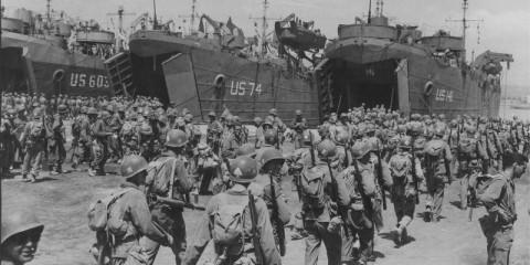 Le 1st Battalion du 7th Infantry Regiment de la 3rd Infantry Division embarque dans des LST en vue d'un exercice de débarquement sur la côte italienne