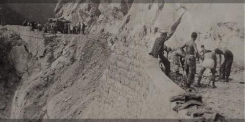 Les hommes de la 596th PCEC s'activent à réparé la route menant au col qui avait été dynamité juste avant leur arrivée.