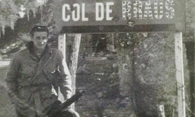 Parachutiste inconnu de la H Company du 517th PIR posant devant le panneau du Col de Braus à côté de l'ancienne Poste.