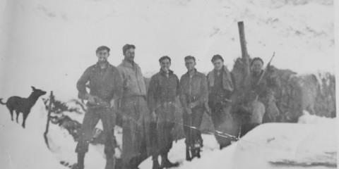 De gauche à droite : Herko, Winston H. Barrett, Lawrence Giovinco, Nick, Jack et Cecil W. Bender au col des Fourches.