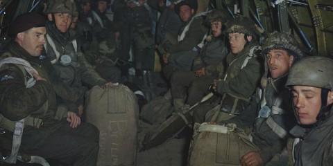 Un stick du 4th Parachute Battalion tout prêt à décoller. John Archer se trouve à gauche avec le beret. Il aura participé à toutes les campagnes avec le 6th Royal Welsh Para Battalion. Il est décédé le 3 Janvier 2013.