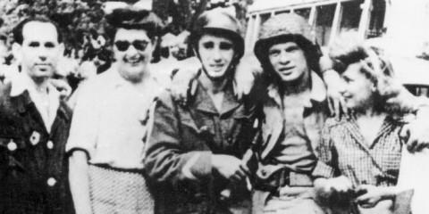 """Le sergent-chef, Albert Le Large du groupe de résistance """"Jojo Arnaldi"""", en compagnie d'Eugene Cherry, premier parachutiste américain à entré dans Nice."""