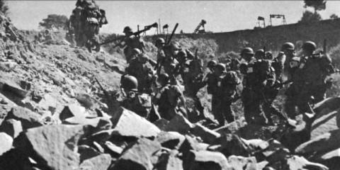 Les hommes du 141st Infantry Regiment progressent dans les carrières derrière Green Beach.