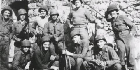 Le Heavy Mortar Platoon du 2/517 après les combats de Hill 1098. Debout de gauche à droite : Collins, Leonard, Butler, Fritz, Knee, Wold. Accroupis : Tunstall, Kane, McDaniel, et Dodd.