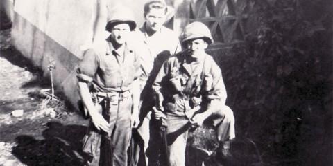 Trois parachutistes de A/551st dont Joe Cicchinelli à droite, à Isola.