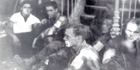 Bref moment de repos pour le Cpl. Houston Crouch, Pvt. James Erbele, Pfc. Melvin L. Hoffman, Pvt Edmund H. Jordan Jr. et le Pfc Russel S. Henderson, les parachutistes de la Baker Company parachutés par erreur sur Lorgues. Au fond on peut voir le résistant Henri Palarieux. (Musée de la Libération - 15 août 1944
