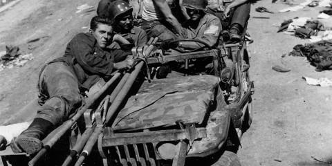 Une jeep de la 36th Infantry Division transporant des soldats allemands blessés près de Loriol le 30 août 1944.