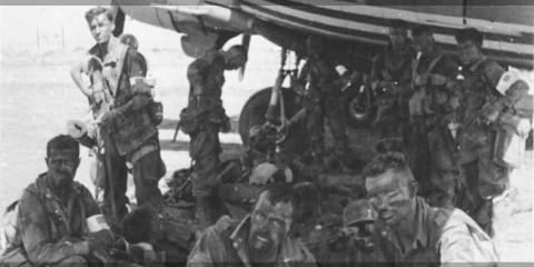 Ci-dessus : Ces parachutistes du Heavy Mortar Platoon s'abritent du soleil sous l'aile d'un C-47 avant de recevoir l'ordre d'embarquer car les avions sont de véritable fournaise. Identifier, de gauche à droite : Pvts. Clell W. Whitener, Paul Kristofik, Thomas O. Bonner, Robert C. Brown, Gordon Roberts, et le T/5 Gaither Patterson de la A Company