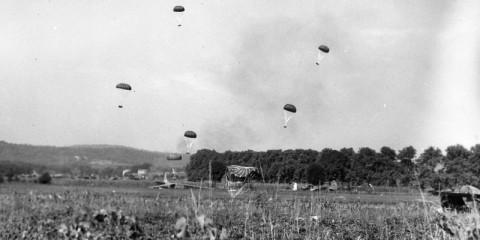 Parachutage de container lors de la mission Eagle le matin du 16 août.