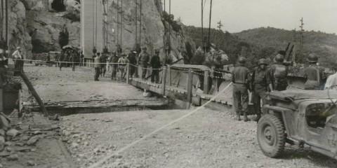 Le 120th Engineer Combat Battalion de la 45h Infantry Division répare le pont de Mirabeau qui avait été endommagé durant une attaque de l'Air Force.