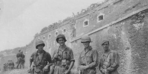 Des Forcement de la 2-1 posant devant le fort de l'Eminence après les combats. Les dégâts du Ramillies sont bien visible.