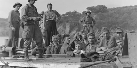 Les prisonniers sont ramenés dans des LCA canadien sous la garde des Forcemen depuis Yellow Beach.