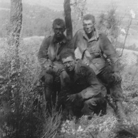 À droite : Le Sgt. Larry Carnes, Pfc. Barney Hekkala et un troisième para de A/517 non identifié sur Roque Rousse.