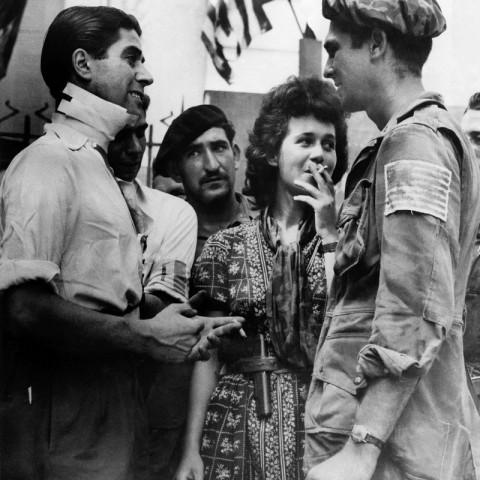 Le Pvt. Winifred Eason de la Baker Company s'entretient avec des partisants dont Marc Rainault chef du groupe de résistance des Maures à Saint-Tropez sur la place de la ville. Au centre, portant un morceau de parachute d'un de ses libérateurs se tient Mademoiselle Nicole Celebonovitch;