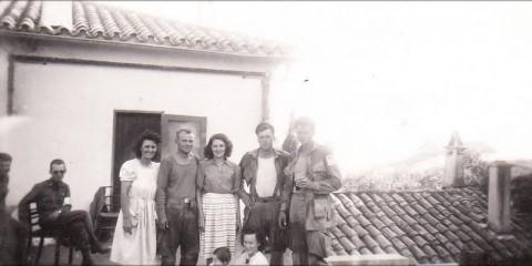 """Le Lt. Edward """"Mike"""" Reuter commandant du 3rd Platoon de la B Company, photographié avec les Pvts. Clarence Osburn et Nizinski et une famille française devant une maison de Saint-Tropez."""