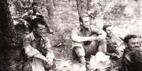 Matin du Jour-J, personnel de commandement de la compagnie Baker aux abors de Saint-Tropez. De gauche à droite : Sgt. Robert B. Bensley, 1st Lt. Arthur W. Oldham (Mortar Platoon Leader) 1st Lt. Gilbert B. Knupp et Lt. John H. Sorrells.