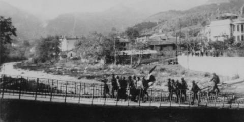 Les premiers paras de la Fox Company du 517th PIR entrent à Sospel sur un des ponts que les allemands n'ont pas fait sauter, guidés par des résistants dont Emile Laveder qui avait 20 ans en 1944. Parmis eux, le Sgt. Randolph Coleman, l'un des premiers parachutiste à entrer dans la ville.