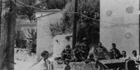 """La 1st Airborne Task Force manque cruellement de véhicule lors des premiers jours de l'invasion. Ces parachutistes de F/517 ont récupérés un véhicule allemand. Remarquez le marquage """"US 517"""" peint grossièrement sur le véhicule."""
