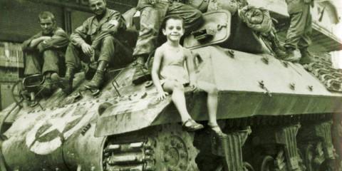 Un petit garçon pose sur un M10 Tank Destroyer du 601st Tank Bn. lors de la libération de Vaison-la-Romaine le 26 août 1944. (Musée de la résistance nationale)