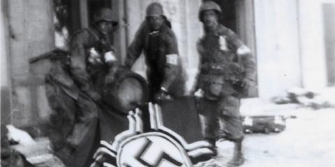 De gauche à droite le Cpl. Edwin F. Schultz, le Sgt. Don' Thompson et le Pfc. Joe Cicchinelli devant la Villa Gladys.