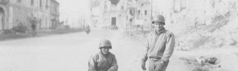 Tadyoshi Hamasaki et un autre homme du 100th Battalion posent dans une rue de Cassino en ruine.