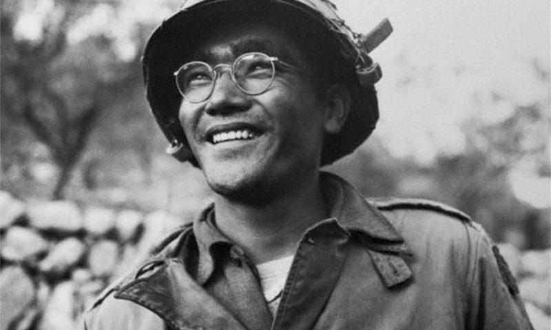 Masao Awakuni surnommé 'The Tank Buster' après ses exploits à Alife et Cassino. Cette photo prise par un reporter du LIFE sont les premières faite par le magazine, venu s'intéresser au bataillon après ses exploits à Cassino.