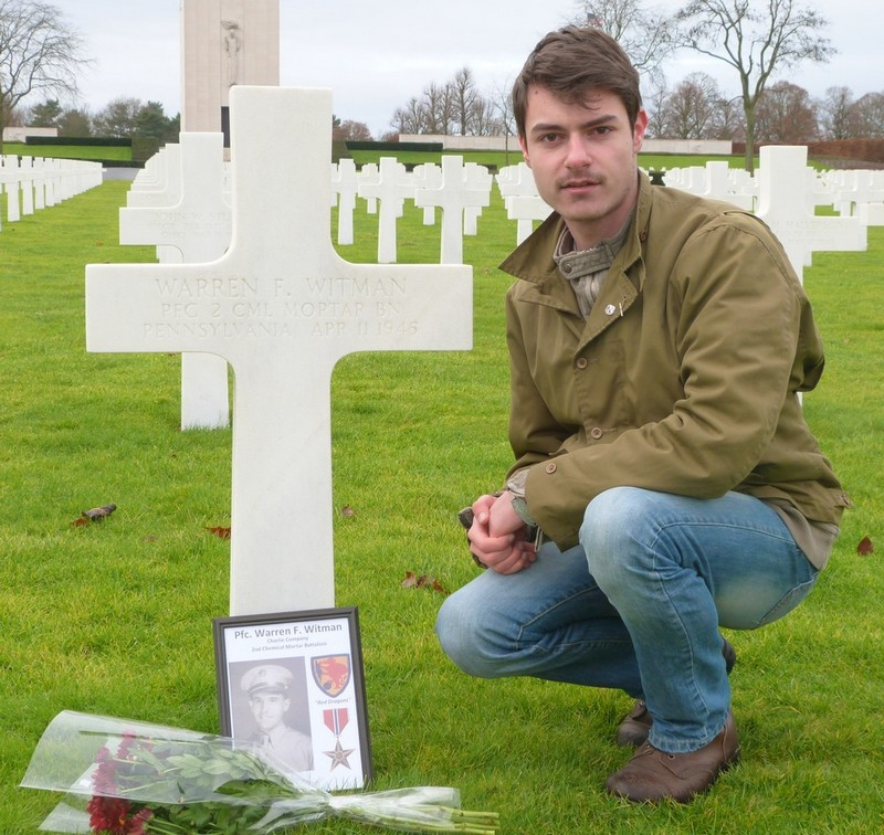 En début d'année 2013, la nièce d'un soldat du 2nd Chemical Battalion me contacte, voyant que je m'intéresse à l'unité de son oncle et que je vie en France et me raconte que son grand oncle est mort le 11 Avril 1945 et est enterré au cimetière de Saint-Avold. Je lui raconte alors que je m'y rend au moins une fois par an. Je lui promet également que j'irai fleurir sa tombe, elle m'envoya alors une photo de son grand oncle; Warren Witman. L'une des choses les plus importante à mes yeux et de mettre un visage sur des croix, et des noms sur des visages.
