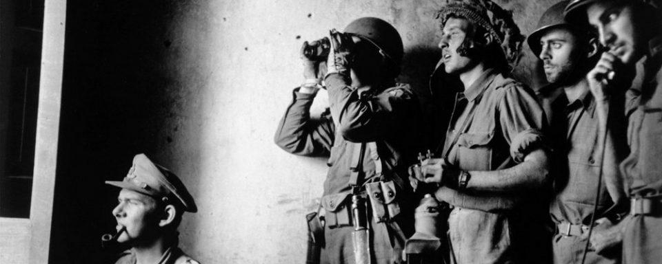 Durant les opération sur Chiunzi Pass, Darby envoie un de ses officiers sur le HMS Howe, afin d'assister les artilleurs. Avec une radio pour communiquer avec les postes d'observation sur le Monte Saint Angelo et Chiunzi Pass. Se trouve sur cette photo un observateur de la marine britannique, ainsi qu'un homme du No. 2 Commando, ayant débarqué sur l'aile à Vietri. Des troupes de la 36th Infantry Division se retrouve également avec les Rangers. Rapidement après le Jour J, le 1/143rd du Lt. Col. Fred L. Walker Jr. et des troupes du 133rd Field Artillery Battalion se replient du secteur de Paestum afin de renforcer les Rangers à Chiunzi Pass.