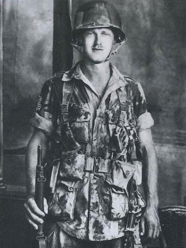 Kenneth 'Scotty' Nicoll du 2/504 au studio photo d'Alcamo. Le camouflage en noir et en OD de la tenue et du casque dit « losange », est typique du 2nd Battalion du 504th PIR. Kenneth Nicoll est décédé le 18 Novembre 2004. Il avait fait les 3 sauts de combats du 504th PIR.