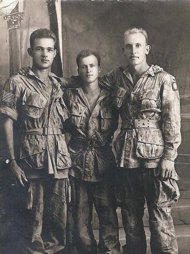 Photo prise le 29 juillet 1943 dans un studio photo en Sicile probablement à Alcamo. De gauche à droite : Pvt. Johnnie L. Collins, inconnu, et le Pvt. Willard E. Pike. Pike devait être tué le 4 janvier 1945 lors de la bataille des Ardennes. Il était le meilleur ami de Johnnie Collins.