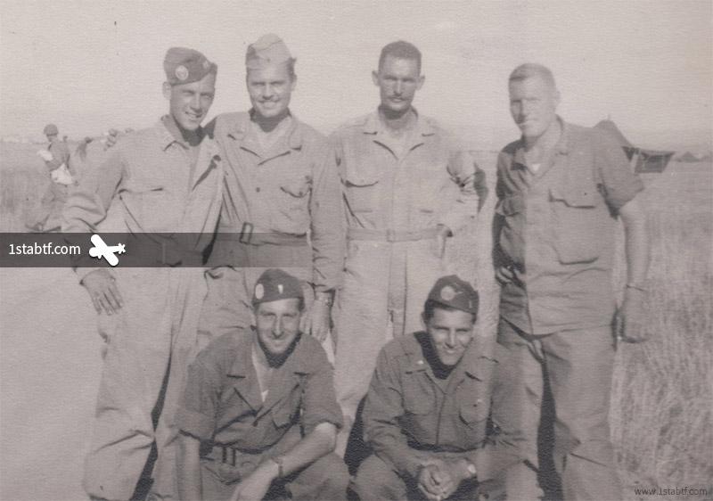 """Debout : Captain Ralph R. """"Bing"""" Miller, 1st Lt. John H. Sorrells (Baker Co.), 2nd Lt. Ferris Knight (Baker Co.), et 1st Lt. Wallace (Charlie Co.). À genoux : 1st Lieutenant Gilbert B. Knupp (Baker Co.) et 2nd Lt. Nick Martinez (Baker Co.). Photo prise le 14 août, à la veille du Jour J. Le Capt. Miller devait disparaitre avec 16 de ses hommes le matin du 15 août 1944 dans le golfe de Saint-Tropez. (Collection Edward Reuter)"""